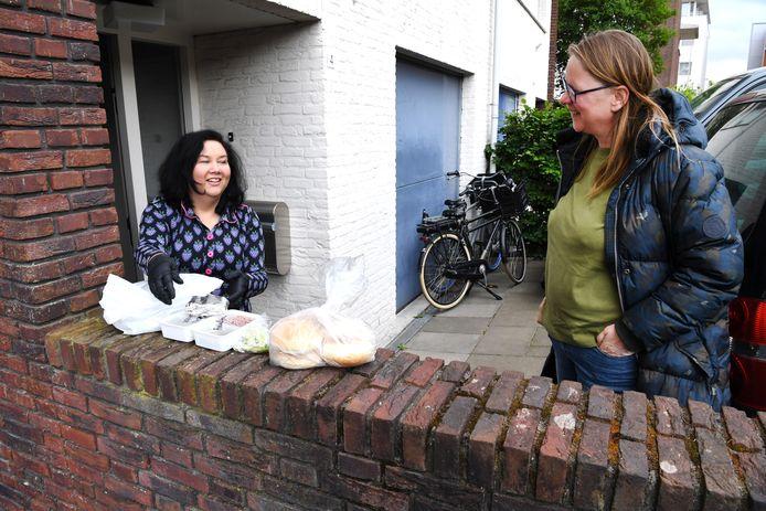 Ellen Kobes komt vandaag ze zelf gemaakte broodjes Rendang halen bij thuiskok Clourinda