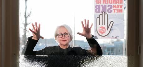 Posters met 'Handen af van het SKB' vullen de Winterswijkse ramen: 'Iedereen heeft het erover'