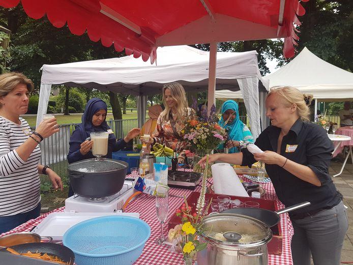 Op de foto een eerdere activiteit samen met Vluchtelingenwerk, een kookdag, voor vluchtelingen. Nu gaat het ook om ouderen en mensen met een fysieke beperking. Foto Manou Bach