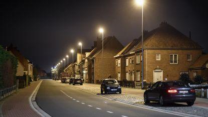 Menen in sneltempo naar straatverlichting met ledlampen