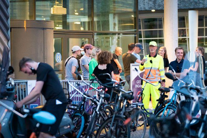 Gekkenhuis op de priklocatie in Nieuwegein maandagavond. Door een gesprongen waterleiding moesten in allerijl 1200 vaccins worden weggeprikt.