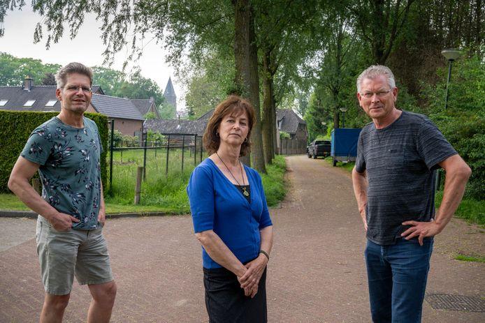 Het bouwplan de Rietstok valt niet goed bij buurtbewoners. Van links naar rechts: Twan Smits, Maria van den Oever en Joep van Lierop van de Werkgroep Rietstok.