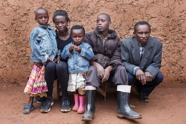 Imana ontmoette in Rwanda haar broer, oom, nichtjes en haar oudere neef. Beeld Eva Verbeeck