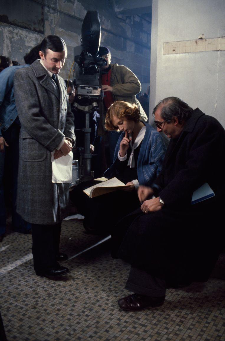 Huppert op de set van Violette Nozière, met rechts regisseur Claude Chabrol.  Beeld Foto Etienne George / Sygma via Getty