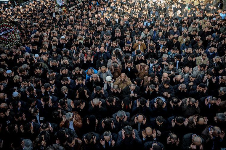 De duizenden aanwezigen gaan in gebed voor de overleden Vedat S. Beeld EPA