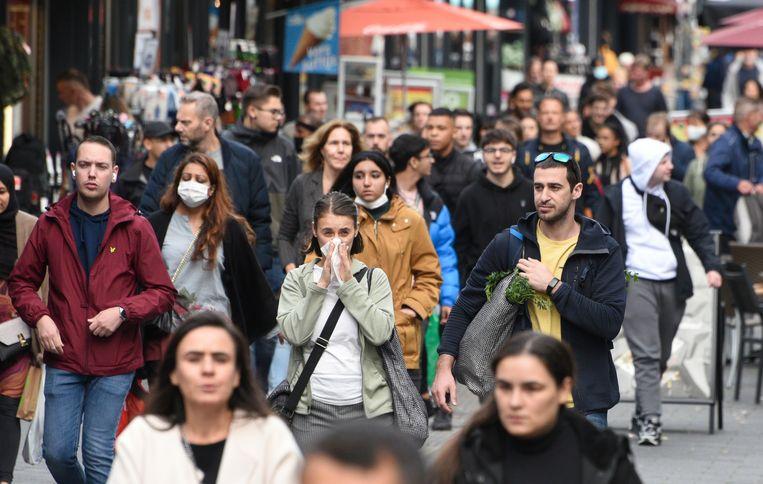 Winkels bleven tijdens de lockdown open in Nederland. Hebben de minder strenge coronamaatregelen hun economie gered? Beeld Peter Hilz