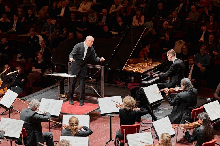 Het maximaal uitgebouwde podium maakt afstand tussen zoveel mogelijk orkestleden mogelijk. Beeld Milagro Elstak