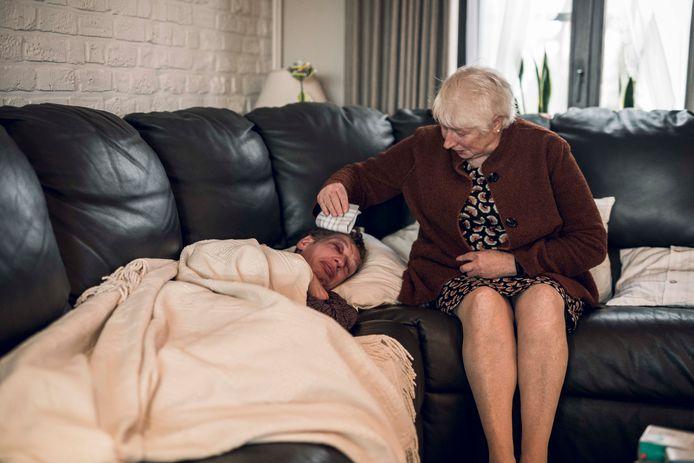 Kevin wordt getroost en verzorgd door zijn mama Paula Pinxten.