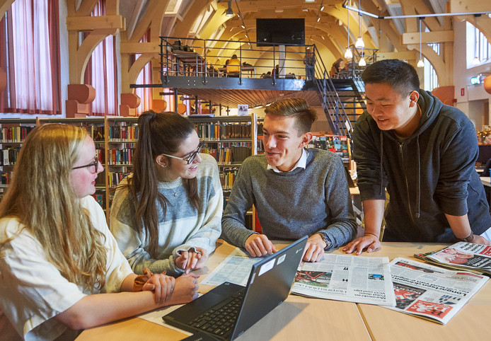 Vlnr: leerlingen Chalé Jacks (VS), Brigitte Ilyev (VS), Nik Arts (Nederland) en Winston Liu (China) in de mediatheek van het TBL in Oss.  Fotograaf: Van Assendelft/Jeroen Appels