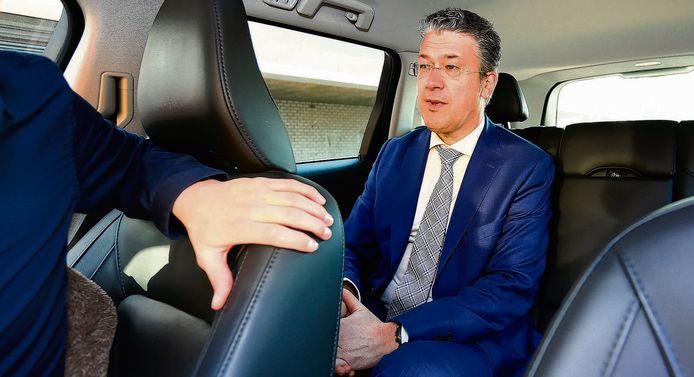 Leon Meijer in de dienstauto van de gemeente Ede, op weg naar Den Haag.