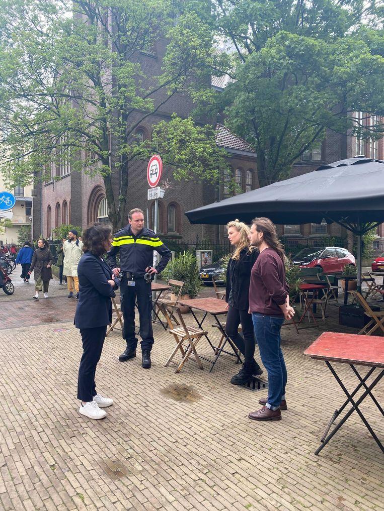 Femke Halsema in gesprek met buurtbewoners in De Pijp. Beeld Het Parool