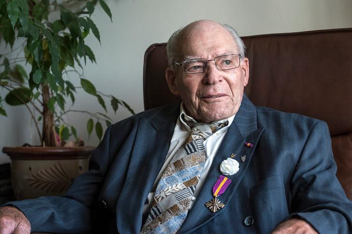 De 93-jarige Harrie van Dijk (met onderscheiding) is als bevrijder Dongen binnengetrokken, en heeft de verdere opmars richting Duitsland meegemaakt.