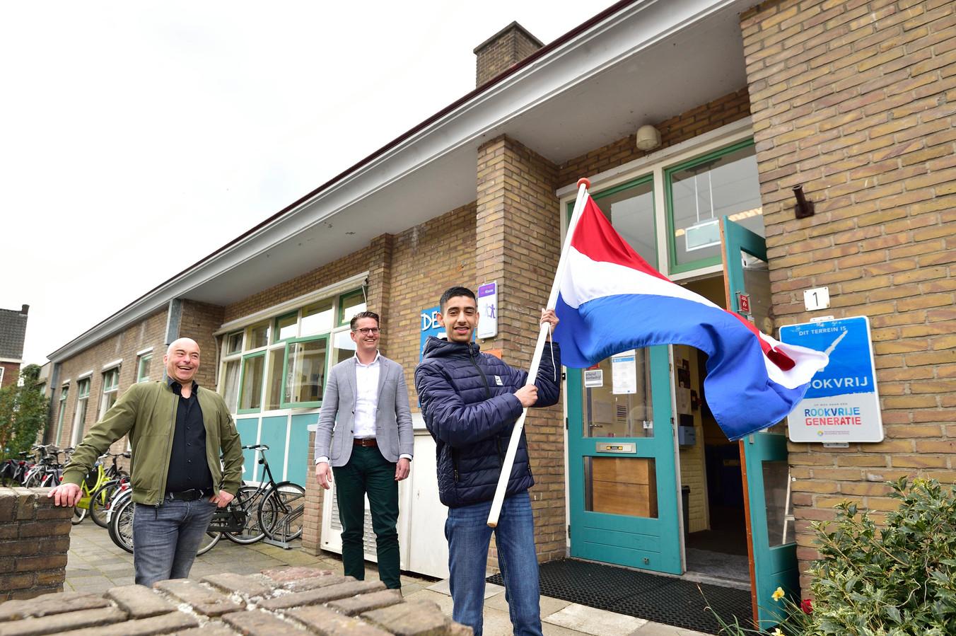 Nigel van Ewijk kan één van de eerste leerlingen worden die het voortgezet speciaal onderwijs verlaat mét een diploma. Maurice Peeters (links) en Mouris Boer (midden) hebben zich daar hard voor gemaakt.