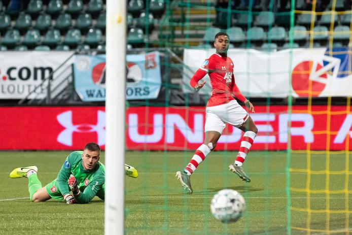 Myron Boadu zet AZ op 3-0. Doelman Jorn Brondeel heeft het nakijken.