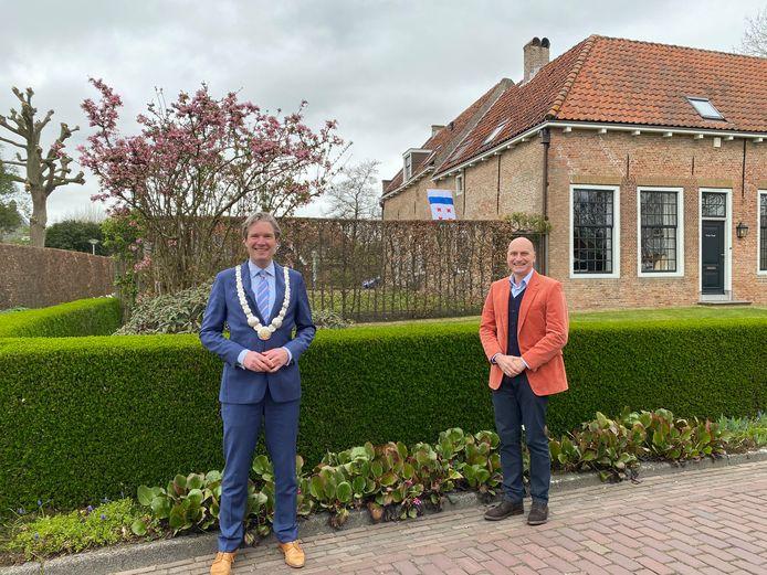 Burgemeester Foort van Oosten (links) en Adriaan Herweijer van Rodenburg voor de Landswerf in Geervliet, het vroegere woonhuis van Philippus Baldaeus (1632-1671).