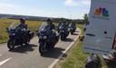 Colonne motorrijders, in het zwart met rouwbanden, arriveert bij de vliegbasis in Eindhoven.