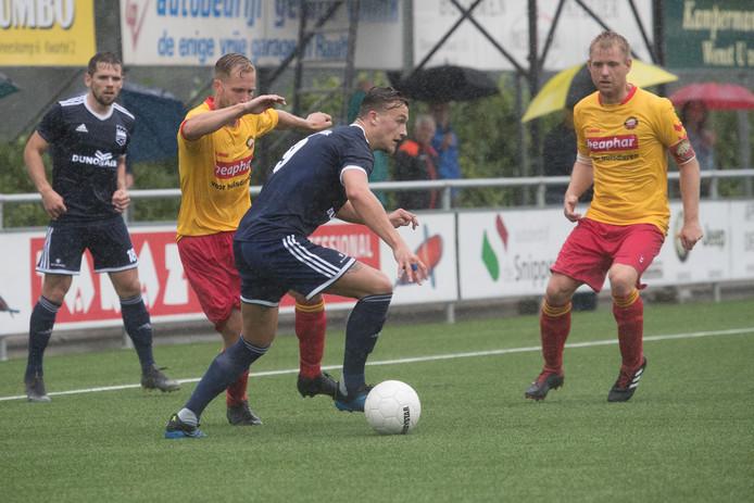 Mats Grotenbreg schermt de bal af in het duel met Rohda Raalte.
