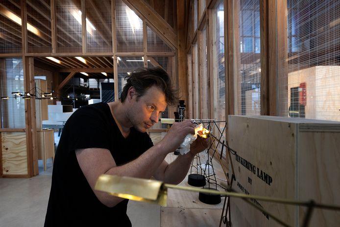 Joost van Bleiswijk aan het werk in zijn atelier.