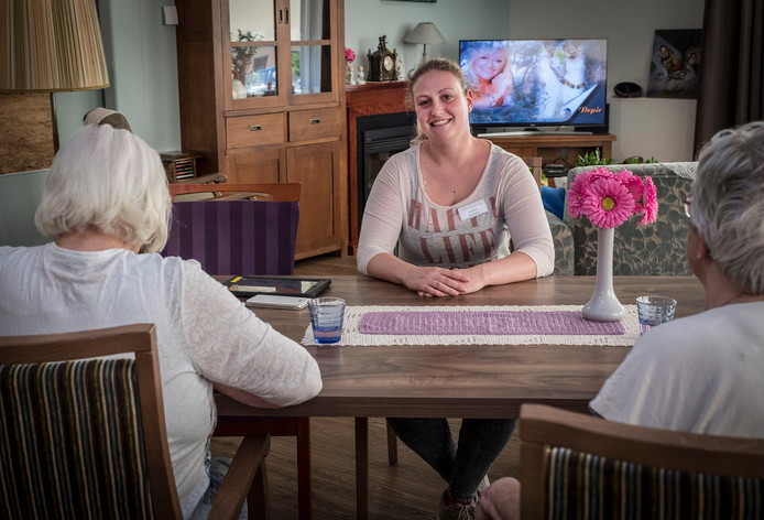 Angelina de Winter aan het werk in verzorgingshuis Gasthuis Sint Jan de Deo in Millingen aan de Rijn. Zij switcht mogelijk van baan en probeert de zorg.