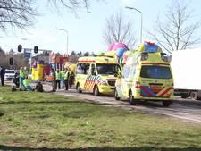 Motor rijdt tegen auto die remde voor carnavalswagen in Deurne