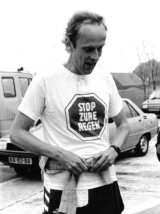De heer Winsemius tijdens een hardloopwedstrijd (5,5 km) over de luchthaven Schiphol in 1986