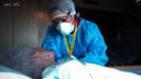 Verpleegkundige Sanna Elkadiri verpleegt een van de bewoners die besmet is met corona.