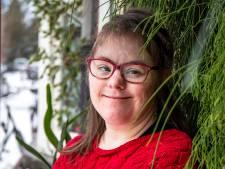 Lize (33) heeft Down, maar krijgt géén vaccin omdat ze zelfstandig woont: 'Ik wil ook'