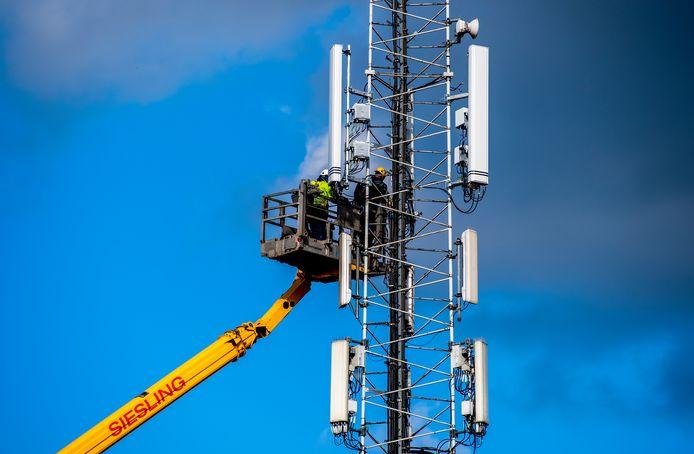 De bouw van een telefoonmast in Nieuwerkerk aan den IJssel. Foto ter illustratie.