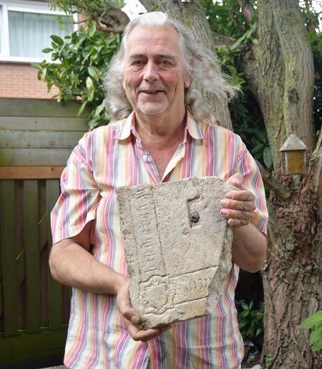 Piepende steen blijkt adellijke grafzerk: 'Als kind wilde ik al archeoloog worden'