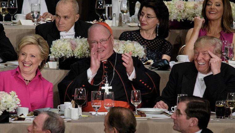 Hillary Clinton, aartsbisschop van New York Timothy Cardinal Dolan en Donald Trump tijdens het jaarlijkse Alfred E. Smith Memorial Foundation Dinner op 21 oktober. Beeld afp