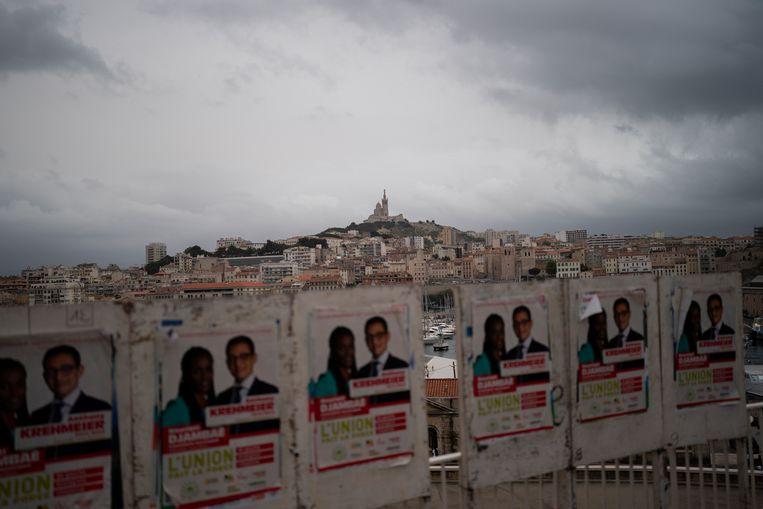 Verkiezingsposters bij Marseille, één van de plekken waar gestemd kon worden in de regionale en departementale verkiezingen van Frankrijk.  Beeld AP
