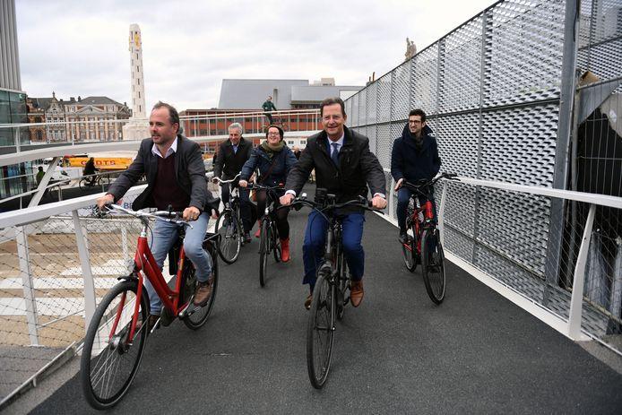 Het stadsbestuur rijdt de fietsspiraal in.