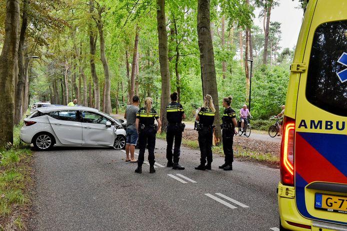 Vrouw botst met auto op boom in Oisterwijk