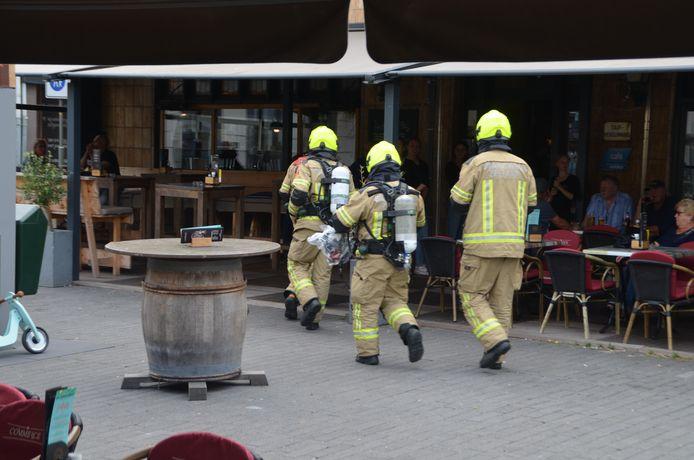 Brandweer gaat metingen doen in café op de Markt in Terneuzen.