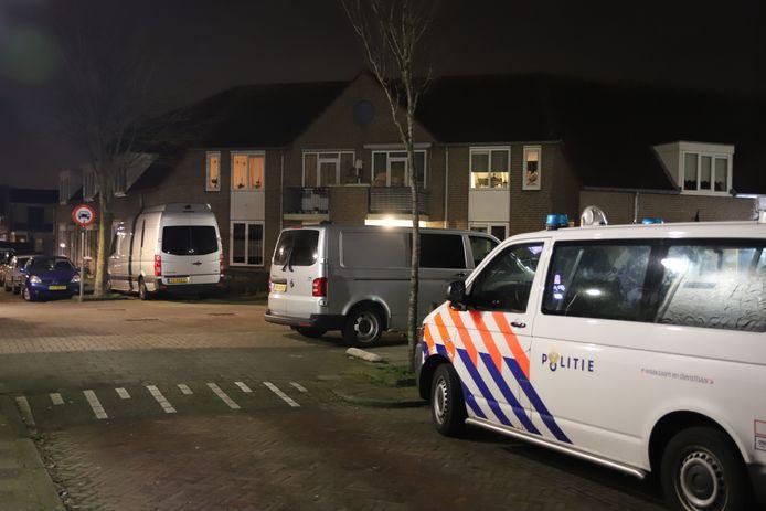 De politie bij de woning in Tiel waar een lichaam werd aangetroffen.