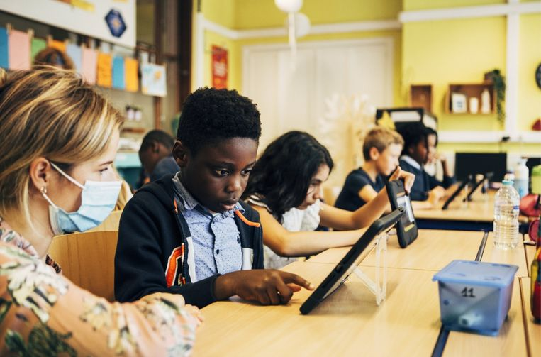 Kinderen vinden 'Bingel' zo leuk, dat liefst de helft van alle oefeningen spontaan gemaakt worden. Kinderen maken nu dubbel zoveel huiswerk dan van hen gevraagd wordt.' (Foto: het Sint-Pietersinstituut in Gent.) Beeld