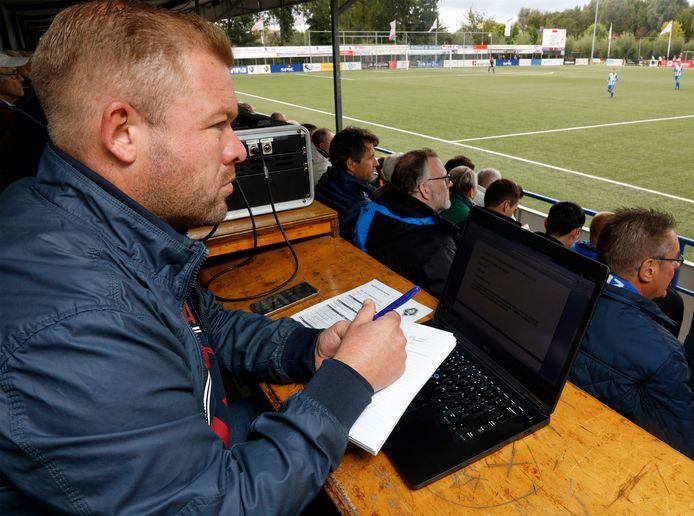Sportverslaggever Barry van der Hooft op de tribune van HSV Hoek.