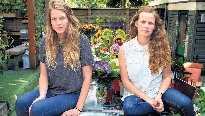 De hosteluitbaters Joyce (l) en Danielle zijn overladen met bossen bloemen.