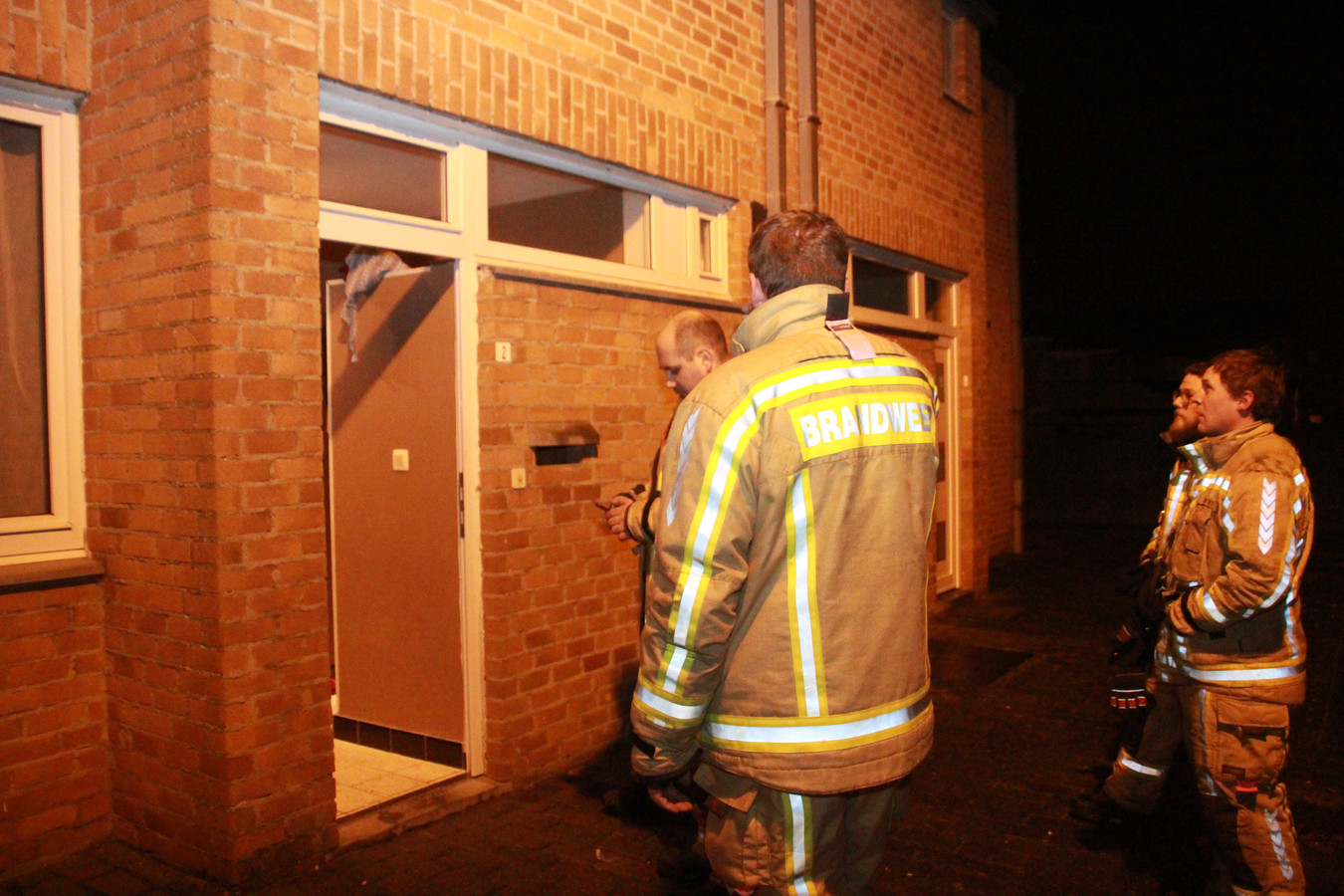 De brandweer kon het vuur vrijdagavond snel blussen. Het huis is wel tijdelijk onbewoonbaar verklaard.