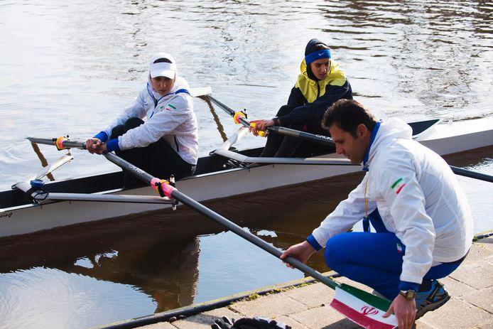 De Iraanse bondscoach Afshin Farzam instrueert zijn roeisters op het Wilhelminakanaal.