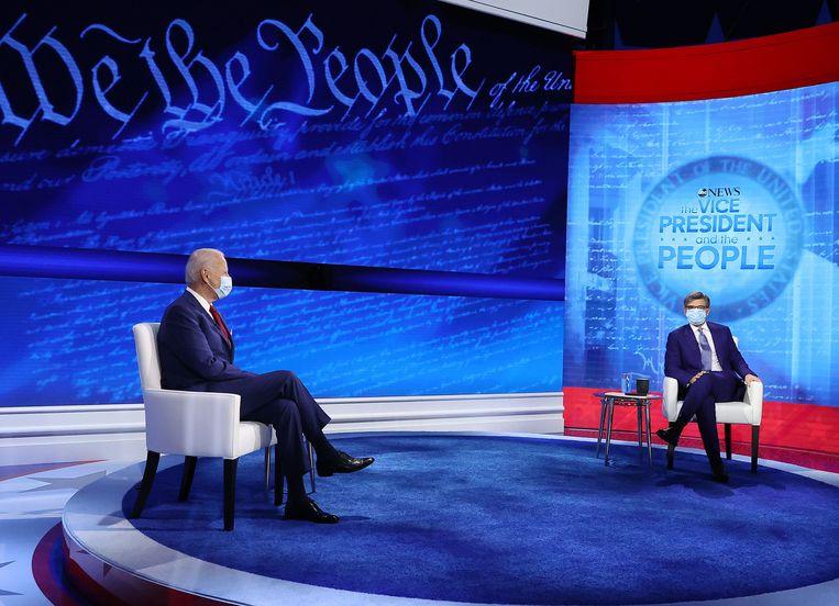 De Democratische presidentskandidaat Joe Biden tijdens het vragenuurtje met ABC News in Philadelphia. (15/10/2020) Beeld AFP