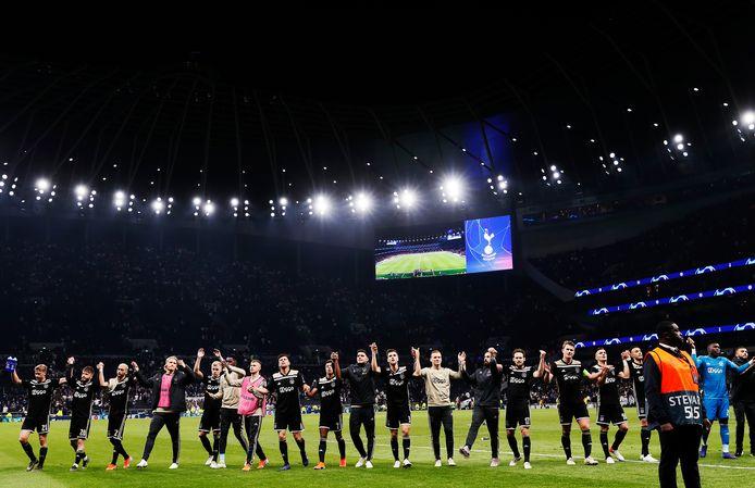 Ajax bedankt de fans na de 1-0 winst bij Tottenham Hotspur.