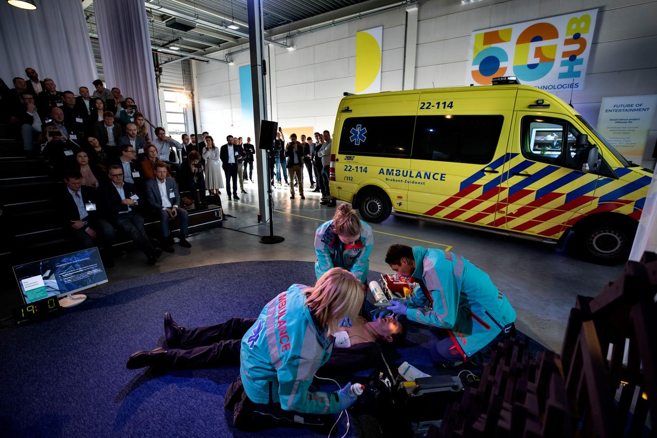 Demo: ambulancemedewerkers redden een 'patiënt' dankzij de inzet van 5G communicatie.