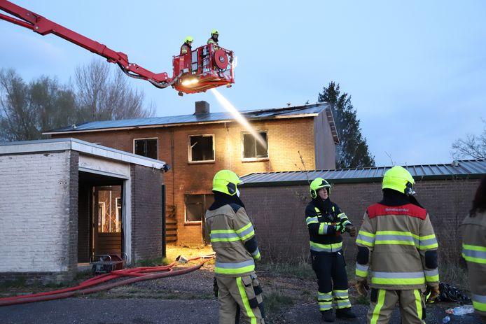 De brandweer moest flink wat materieel laten aanrukken om het vuur te doven in Rijswijk (Buren).