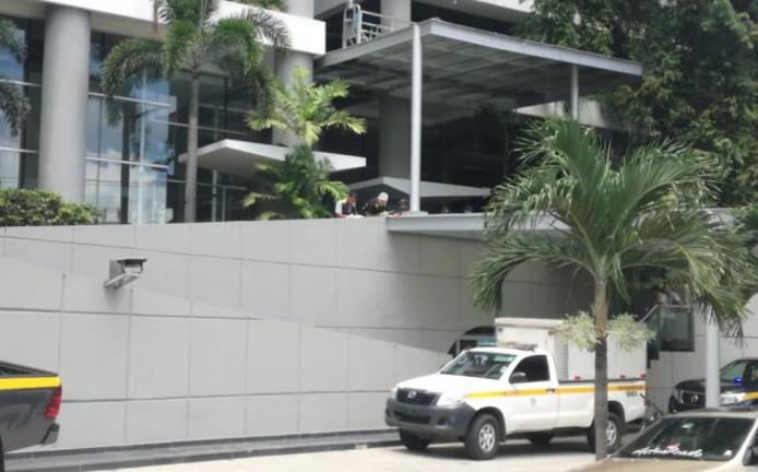 Hulpverleners bij het appartementengebouw waar de vrouw naar beneden viel.