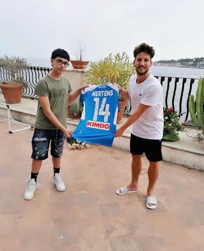 Mertens heeft een slachtoffer van pesterijen in Napels, Umberto, bij hem thuis uitgenodigd en hem een shirt gegeven.