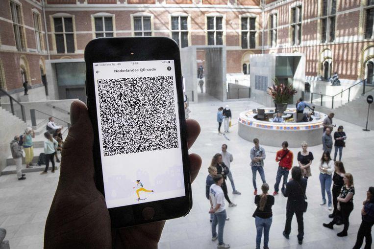 Een mobiele telefoon met de QR-code via de app CoronaCheck bij het Rijksmuseum.  Beeld ANP
