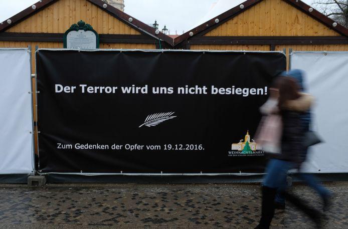 Een herdenkingsspandoek vandaag op de kerstmarkt bij Schloss Charlottenburg in Berlijn.