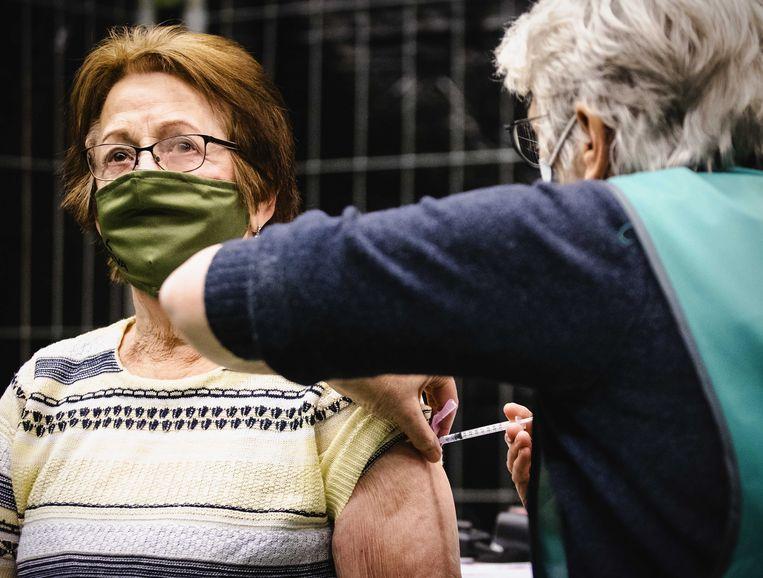 Na het vaccineren blijft afstand houden de norm, en de meeste geprikte Nederlanders zeggen zich daaraan te houden. Beeld ANP