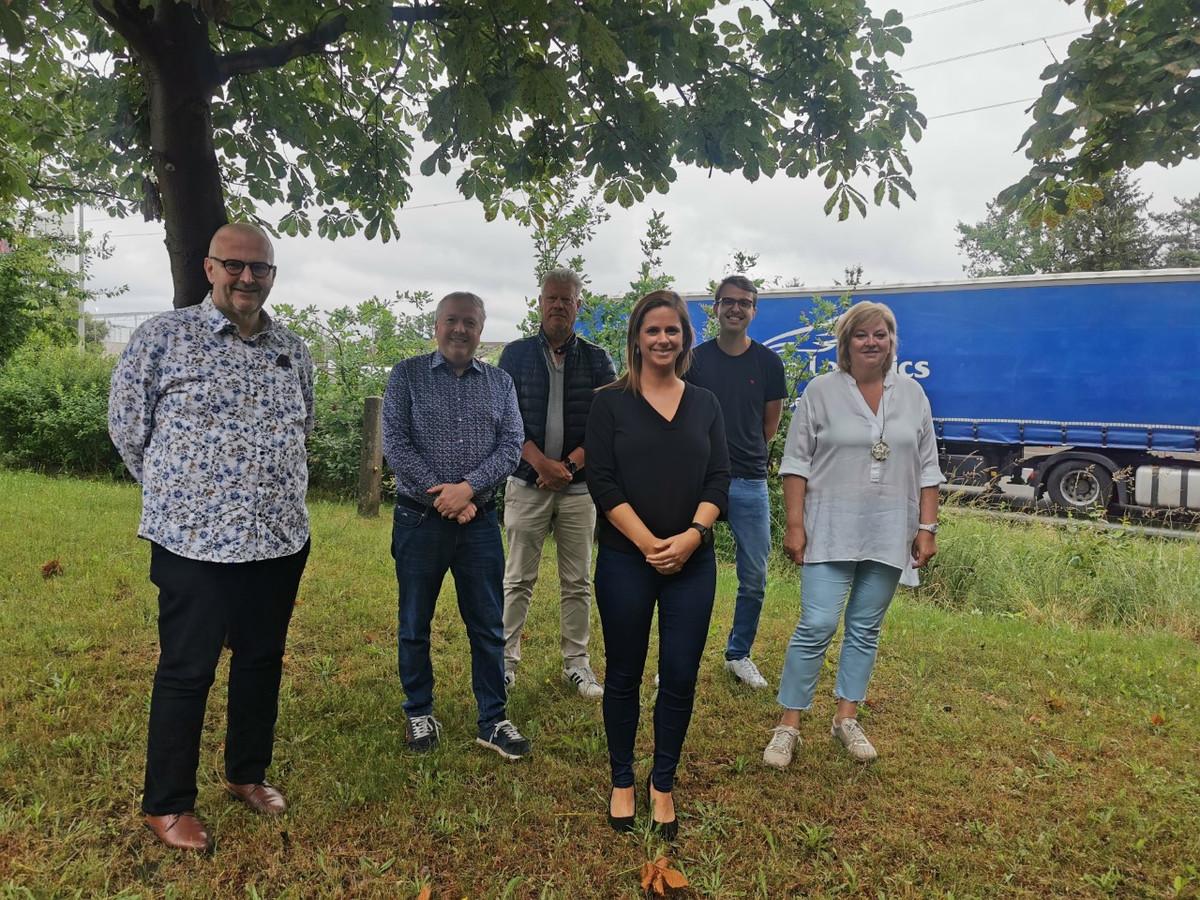 Het voltallige bestuur in Grobbendonk vlakbij de E313 met centraal burgemeester Marianne Verhaert